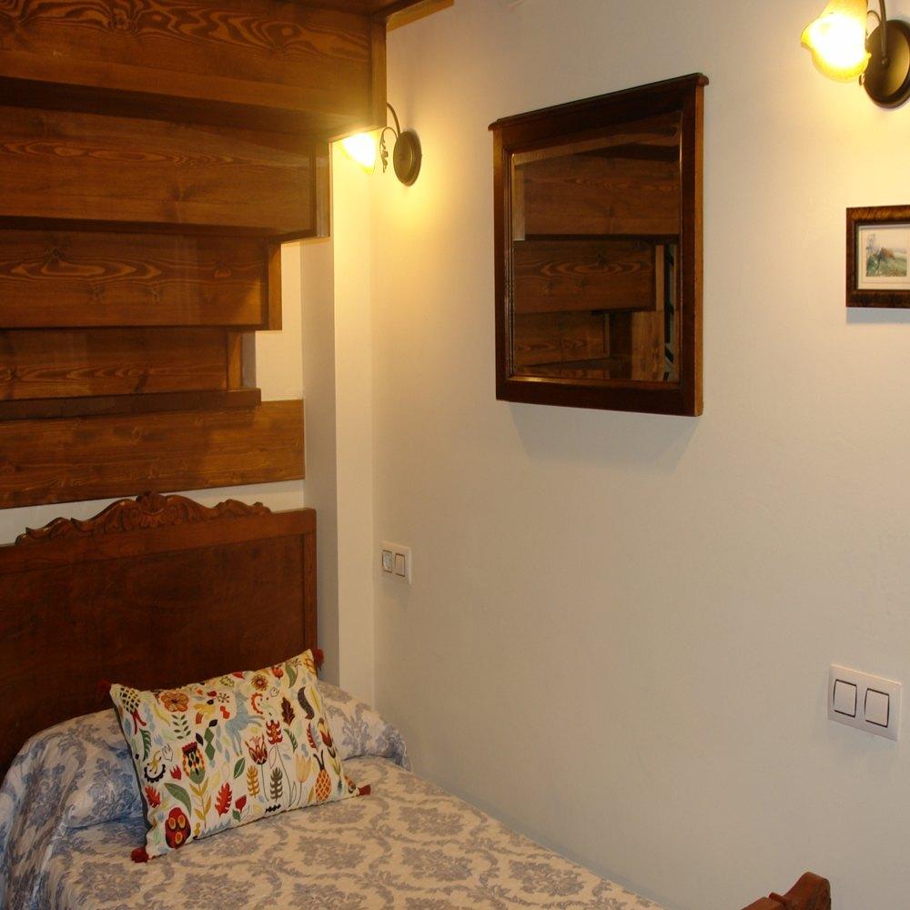 Detalle bajo cama bajo la escalera el apartamento