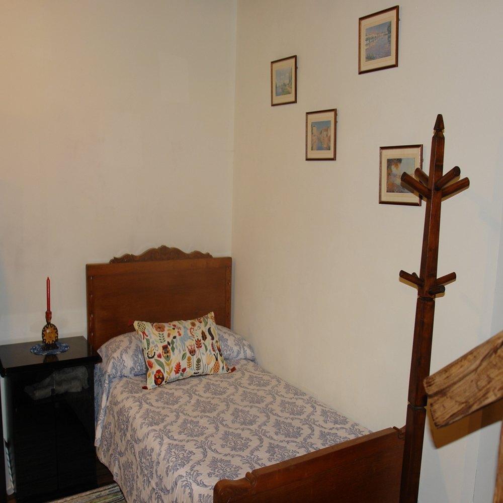 detalle cama frente la escalera el apartamento