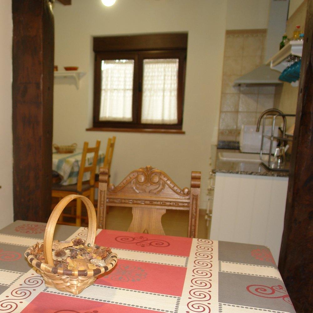 detalle mesa comedor y cocina el apartamento